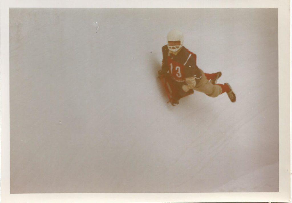 1971: Skeleton-Hero Adi Frieser stürzt sich wagemutig in die Königsseer Kunsteisbahn