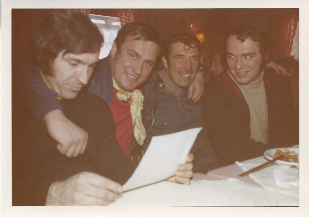 1971: Adi Frieser (2.v.l.) und Veit Rattenhuber (r.) mit weiteren Skeleton-Helden.